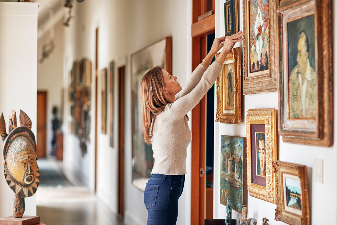 Katherine Quinns Rhode Island Home Full Of Precious Art Finds New Life After A Fire 1080x720 Cg Kquinnhallway