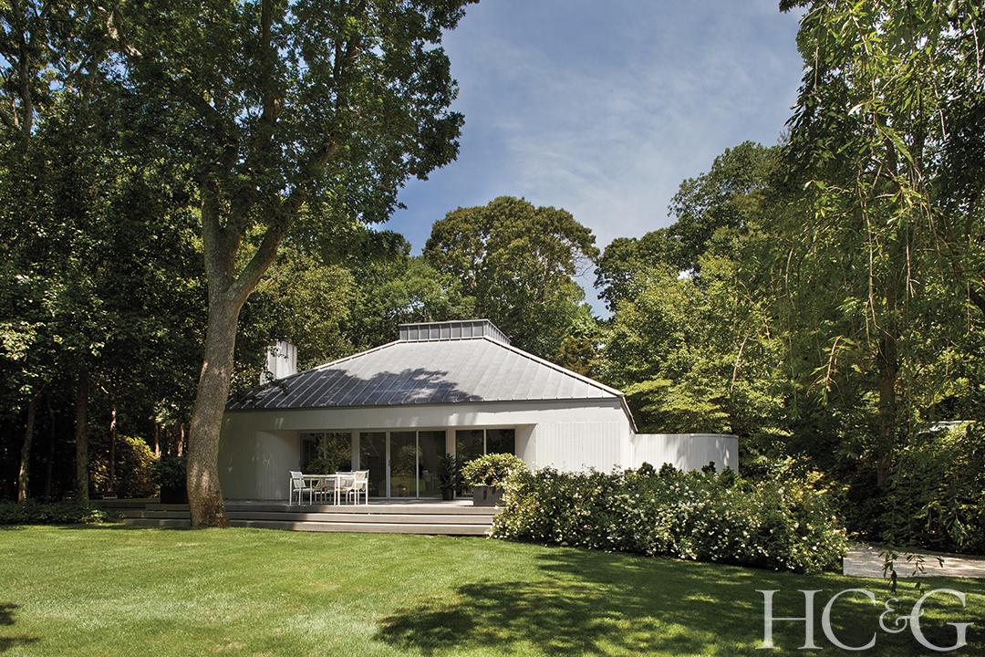Hamptons Visionary Harry Batess 1979 Home Gets An Update Backyard